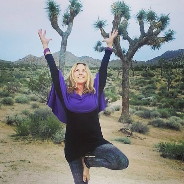 We rise thanks to the sun, stand tall thanks to the earth and stay healthy thanks to the plants that feed and protect us... Yoga helps us remember the bigger picture and the part we play in it. Here's @gaylegura practicing in Joshua Tree after our fabulous weekend in Palm Springs with @drmariza Amplify retreat sharing the wisdom and medicine from plants in the form of @doterrascience #essentialoils#yogajourneyswithulrika #yogaretreat #joshuatree #yogainspiration #doterra #yogalover #yogalife #yogalifestyle #instayoga #yogadaily #yogaeverywhere #yogaoutdoors #yogaforlife #essence #gratitude